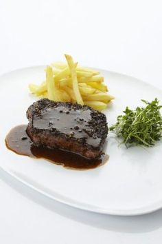Klassieke peppersteak Steaks, Dinner Recipes, Dishes, Meat, Desserts, Food, Europe, Beef Steaks, Tailgate Desserts