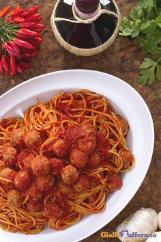 Gli #spaghetti con le polpettine (spaghetti and meatballs) fanno gola ai bambini ma anche ai grandi che non ne mangerebbero mai abbastanza! #Thanksgivingday #Thankgiving http://speciali.giallozafferano.it/buon-appetito-america