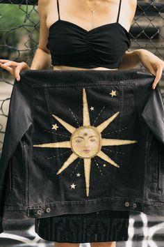 "(AUSVERKAUFT) Handbemalte und bestickte Upcycling-Jacke ""Long Time Sun"" Handbemalte und bestickte Upcycling-Jacke ""Long Time Sun"" – Maxine Hoover (SOLD OUT) Hand painted and embroidered ""Long time sun"" upcycled jacket Source by Painted Denim Jacket, Painted Jeans, Painted Clothes, Diy Clothes Paint, Denim Paint, Diy Clothes Jeans, Emo Clothes, Hand Painted Dress, Casual Clothes"