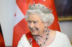 Sem celebrações, Elizabeth II completa 65 anos de reinado  Em seu jubileu de safiras, monarca lembra a data de maneira discreta e com homenagem ao pai, o rei George VI. Afinal, foi neste dia que ele morreu.
