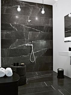 Elegant and raw bathroom with marble from Iran, cut into beams in the full width of the room. The absence of vertical joints gives a very special raw and exclusive look. Cool Lighting, Lighting Stores, Lighting Ideas, Mid Century Bathroom, Mid Century Modern Lighting, Mid Century House, Modern Interior Design, Bathroom Inspiration, Modern Bathroom