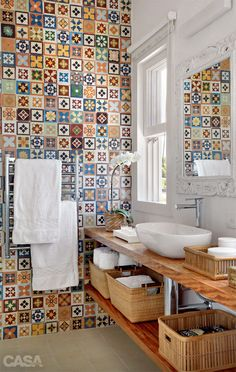 Baño - azulejos - tiles - bathroom - baskets in bathroom Bathroom Inspiration, Interior Inspiration, Bathroom Ideas, Bathroom Designs, Bathroom Wall, Cement Bathroom, Tile Bathrooms, Bathroom Remodeling, Bathroom Interior