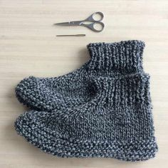 Adults knitted slippers - free pattern - Tutorial - These are the perfect slippers to cosy up with a good book or watching a movie. Knitted Slippers, Knitted Gloves, Knitting Socks, Free Knitting, Knitting Patterns, Crochet Patterns For Beginners, Knitting For Beginners, Crochet Hooded Scarf, Crochet Slipper Pattern