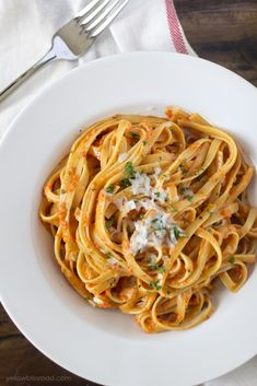 Roasted garlic and red pepper fettucine alfredo recipe visit Think Food, I Love Food, Good Food, Yummy Food, Tasty, Pasta Recipes, Dinner Recipes, Cooking Recipes, Chicken Recipes