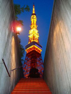 Tokyo Tower Parking Center : Stairs to the tower....