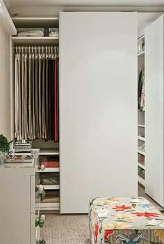 (Fonte:http://casa.abril.com.br/materia/galeria-de-fotos-51-closets-para-organizar-suas-roupas)