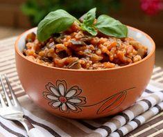 INGREDIENTI: 450 g di riso, 400 g di melanzane, 400 g di passata di pomodoro, 1 cipollotto, 1 spicchio di aglio, 1 mazzetto di prezzemolo, 80 g di burro, 0