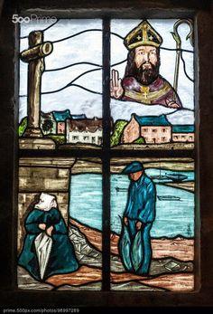 Vitrail dans l'église de Saint-Cado sur la Ria d'Etel dans le Morbihan.