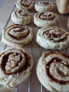 Nydelige kanelsnurrer uten mel og sukker | Lovely Liller Low Carb Bread, Fodmap, Lchf, Nom Nom, Gluten Free, Sweets, Food And Drink, Vegan, Cookies