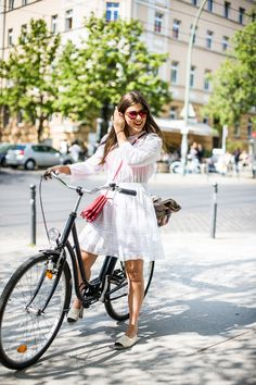 The easiest way to get some street style inspiration is to travel to Berlin. Today I want you to have a look through the best Berlin (Germany) street style Berlin Street Style, Berlin Mode, Street Style Looks, Cycle Chic, Fashion Week Berlin, Chanel Espadrilles, Cooler Stil, Style Cool, Retro Stil