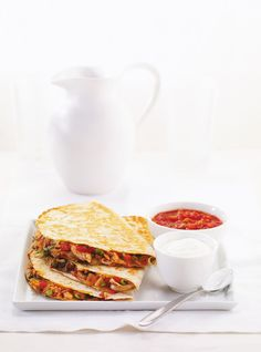 Quesadillas de poulet - Ajouter du maïs en grain - 10 tortillas = 5 quesedillas = 4 portions - La salsa peut être remplacé par mayo/sauce bbq - Ajouter un peu d'oignon rouge - Se cuit très bien dans le presse panini Pita Recipes, Cheese Recipes, Mexican Food Recipes, Gourmet Recipes, Chicken Recipes, Cooking Recipes, Recipe Chicken, Cheese Quesadilla Recipe, Quesadilla Recipes