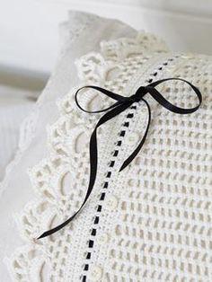 Gabrielle crocheted pillowcase from Rowan Homespun Village Inspiracion  ༺✿Teresa Restegui http://www.pinterest.com/teretegui/✿༻