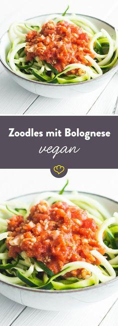 Diese vegane Variante der bekannten Bolognese Sauce wird mit viel frischem Gemüse zubereitet und zusammen mit saftigen Zoodles – selbstgemachten Zucchinnudeln – serviert. Sie kommt ganz ohne tierische Produkte aus und ist ganz nebenbei auch ein prima Low-Carb Gericht.