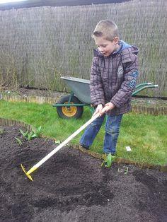 Zoon bezig voor zijn eigen moestuin