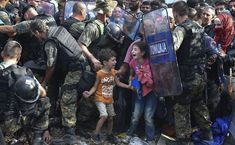 UNICEF picture of the year 2015: mere desperation,  Syrian refugees at the border from Greece to Macedonia, taken on August 21, 2015 Mazedonien: Schiere Verzweiflung | © Georgi Licovski/epa