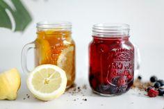 jar-boisson-refraîchissante-fruitée-sans-sucre-framboises-tranches-de-citron-recette-thé-glacé-facile Sachets, Parmesan, Mason Jars, Mugs, Tableware, Tea Drinks, Cold Drinks, Sugar, Raspberries