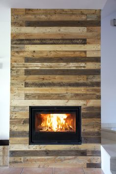 Use Pallet Wood Projects to Create Unique Home Decor Items Diy Pallet Wall, Pallet Walls, Diy Pallet Projects, Wood Projects, Pallet Ideas, Pallet Furniture Designs, Wooden Pallet Furniture, Wood Pallets, Pallet Fireplace