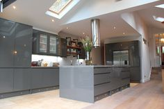 Another beautiful modern grey kitchen designed by Howdens in Kingston. Contact your local depot or builder to find out more.