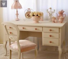 .great color match up on desk and chair