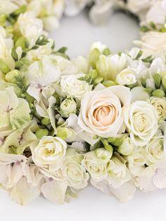 A wonderful table decoration with instructions for a wonderful flower wreath … - DIY WEDDİNG Diy Wedding, Wedding Cakes, Wedding Decorations, Table Decorations, Decor Wedding, Wonderful Flowers, Wedding Bouquets, Floral Wreath, Wreaths
