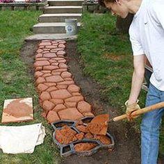 De tuinpad mal Met een tuinpad mal kan je goedkoop en gemakkelijk zelf een DIY tuinpad of terras aanleggen, ook als je geen kennis hebt van tuinpaden aanleggen! Het is leuk om te