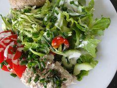 Tuna, oat roll, zucchini and salad