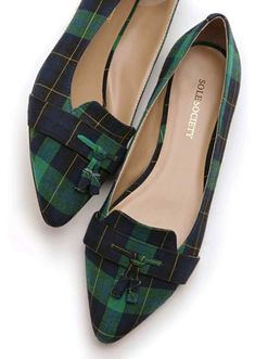 Flat loafers with a front tassel and pointed toe. Flat loafers with a front tassel and pointed toe. Pretty Shoes, Cute Shoes, Me Too Shoes, Zapatos Shoes, Shoes Heels, Elegantes Outfit Frau, Fashion Shoes, Fashion Accessories, Loafer Flats