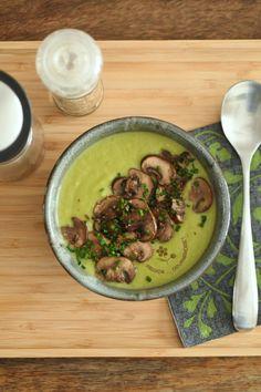 Si après avoir utilisé les têtes d'asperges (vertes) pour une salade composée ou des pâtes, il reste les queues des asperges, elles seront... Chou Kale, Macarons, Hummus, Foodies, Soups, Gluten, Cooking Recipes, Meals, Ethnic Recipes