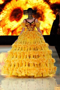 You didn't think we weren't going to talk about McQueen now, did you? Who could ever have imagined an entire collection inspired by beekeeping! It is certainly buzzworthy from my point of view!