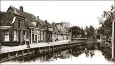 het Schokland de Werf Werfstraat Almeloeen blik op de werf van Almelo rond het jaar 1900.   Op de achtergrond is nog iets te zien van het dak van het kantongerecht en de spits van het verkeershuis, toen nog het stadhuis. Het had tegenwoordig een leuk toeristisch straatje kunnen zijn met wat souvenir winkeltjes, kunstenaars, terrasje  en een museum aan de overkant in de wevershuisjes.