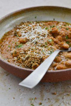 Voici MA version des haricots à la tomate que l'on trouve généralement en conserve et que je n'ai jamais eu envie de goûter. Voici, Comme, Curry, Simple, Ethnic Recipes, Food, Dried Tomatoes, Tomato Paste, Grated Cheese