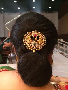 South Indian Bridal Hairstyle With Hair Accessories - Kurti Blouse Saree Hairstyles, Indian Wedding Hairstyles, Bride Hairstyles, Hair Jewelry, Gold Jewelry, India Jewelry, Ankle Jewelry, Antique Jewellery, Gold Necklace