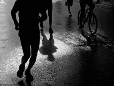 Fotografía tomada en el Maratón de Málaga 2010. El día amaneció lluvioso, pero esa lluvia me dio la oportunidad de hacer esta foto, aprovechando los reflejos sobre un charco de agua