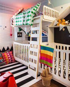 Quarto MOOUI, criado pelo arquiteto @mauricioarruda para o programa Decora do GNT.  Quarto para 3 crianças em 8m2.  Ficou um arraso!  #QuartoPara3 #QuartoDeCriança #Decora #AmoMooui #RoupaDeCama