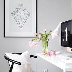 Jag mumsar i mig lakritsen som jag fick med i februariboxen @designinabox.se 😋 Trevlig kväll finisar 💕 #roomdeco #skandinaviskahem #myhome #myhouse #mitthem #interiorwarrior #interior4all #interior123 #interiordesign #interiorforyou #whiteinterior #designinabox #dailyinstainspo #office #ninakullberg #lakrids #voluspa #finahem #skönahem #vackrahem #vardagslyx #sverige #frillesås