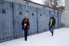 Katrin und Laurent am Posen vor den Garagen in der Muskauer Straße in Berlin-Kreuzberg (4)