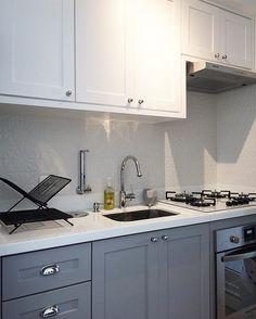 Cozinha arrumada! ✨#cozinha #cozinhaamericana #decoração #kitchen Knoxhult Ikea, Kitchen Decor, Kitchen Design, Cottage Renovation, Beach Cottage Decor, Home Decor Accessories, Cool Kitchens, Modern Interior, Decoration