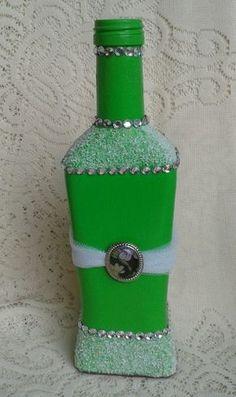Pintura acrílica verde, com cobertura parcial com pó de pedra. Recycled Glass Bottles, Painted Wine Bottles, Painted Wine Glasses, Bottles And Jars, Wine Bottle Glasses, Wine Bottle Art, Bottle Vase, Bottle Top Crafts, Diy Bottle