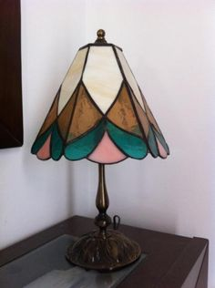 lámpara tiffany de pie  vidrio técnica tiffany Stained Glass Projects, Stained Glass Art, Stained Glass Lamp Shades, Pink Lamp, Tiffany Glass, Diy Projects To Try, Lampshades, Table Lamp, Lighting