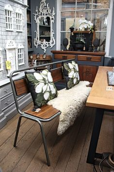 Antiquechic - Page 2 of 70 - recycling and reinventing furniture Painted Furniture, Furniture Refinishing, Furniture Ideas, Diy Door, Rustic Decor, Doors, House, Inspiration, Home Decor