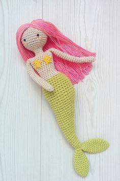Un patrón detallado para el artículo más visto en mi tienda, Linda cola verde amigurumi sirena. Ahora usted puede hacer su propio!  El patrón: escrito. Lengua del patrón: Inglés. Aproximada la altura del juguete: 26 cm (10 pulgadas).  Cosas que necesitará: -Hilados verde para la cola: 130 metros/50 g (142 yardas/1,76 onzas) — deporte de peso -Hilados beige para el cuerpo, color de rosa y amarillo para el pelo y las estrellas: 150 metros/25 g (164 yardas/0,88 onzas), peso del cordón -Relleno…