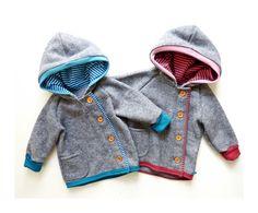 Aufgrund der wärmenden Eigenschaft von Schurwolle die ideale Wohlfühl-Jacke für den Herbst/ Frühjahr.  Diese Jacke ist aus Schurwolle in der **Farbe Grau** - Die Kapuze ist zusätzlich mit einem...