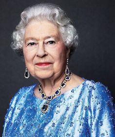 A rainha da Inglaterra Elizabeth II completa hoje 65 anos no trono se transformando a primeira monarca britânica a celebrar um Jubileu de Safira. A soberana chegou à chefia do Estado em 6 de fevereiro de 1952 quando tinha apenas 25 anos após a repentina morte de seu pai o rei George VI. Como parte das celebrações o @buckinghamroyal divulgou uma foto de Elizabeth com um colar de safiras dado a ela por seu pai como presente de casamento em 1947. Clique no link da bio para mais detalhes…