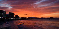 In allen Farben erleuchtet der Himmel bei Sonnenuntergang