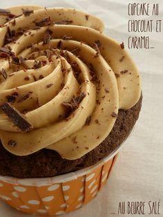 Cupcakes au chocolat et glaçage au caramel au beurre salé