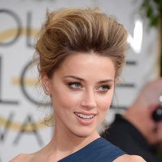 El tupé se ha convertido en su seña de identidad porque realza su rostro, su maquillaje y sus rasgos de diva de Hollywood.