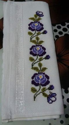 This Pin was discovered by Eme Easy Cross Stitch Patterns, Cross Stitch Art, Cross Stitch Borders, Simple Cross Stitch, Cross Stitch Flowers, Cross Stitch Designs, Cross Stitch Embroidery, Hand Embroidery, Cross Stitch Christmas Cards