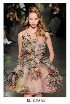 Stunning haute couture floral dress by Elie Saab. Elie Saab Couture, Haute Couture Dresses, Haute Couture Fashion, Runway Fashion, Fashion Show, Fashion Design, Fashion Fashion, Unique Fashion, Street Fashion