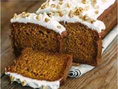 This carrot cake Bread is Easy to make, moist, sweet and spicy with a zingy lemon glaze, this loaf cake is perfect for snacking on. Food Cakes, Christmas Desserts, Christmas Baking, Carrot Cake Bread, Loaf Cake, Pumpkin Bread, Cake Recipes, Dessert Recipes, Starbucks Recipes