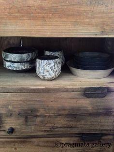 """Chiaroscuro"" Plates by Tatsuya Hattori, cups and bowls by Katsumi Machimura. 「キャロスクーロ」 皿 服部竜也、カップとボウル 町村勝己。"